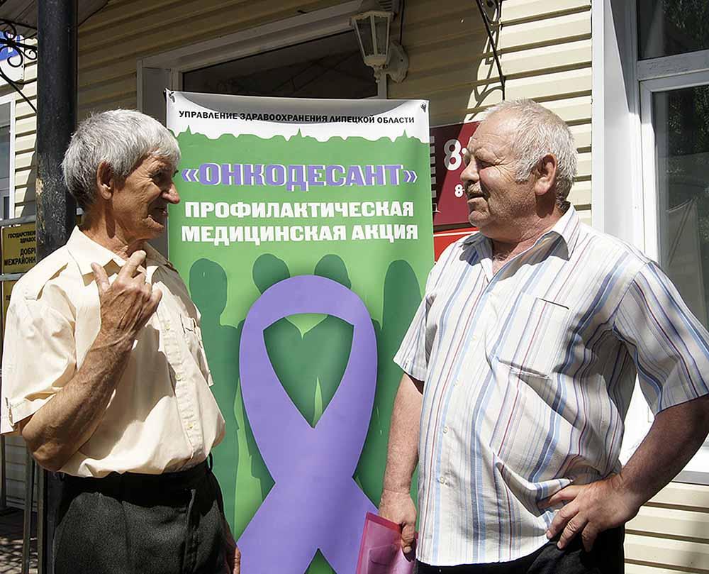 Добринцы Виктор Глазков (слева) и Владимир Кожевников приняли участие в акции.