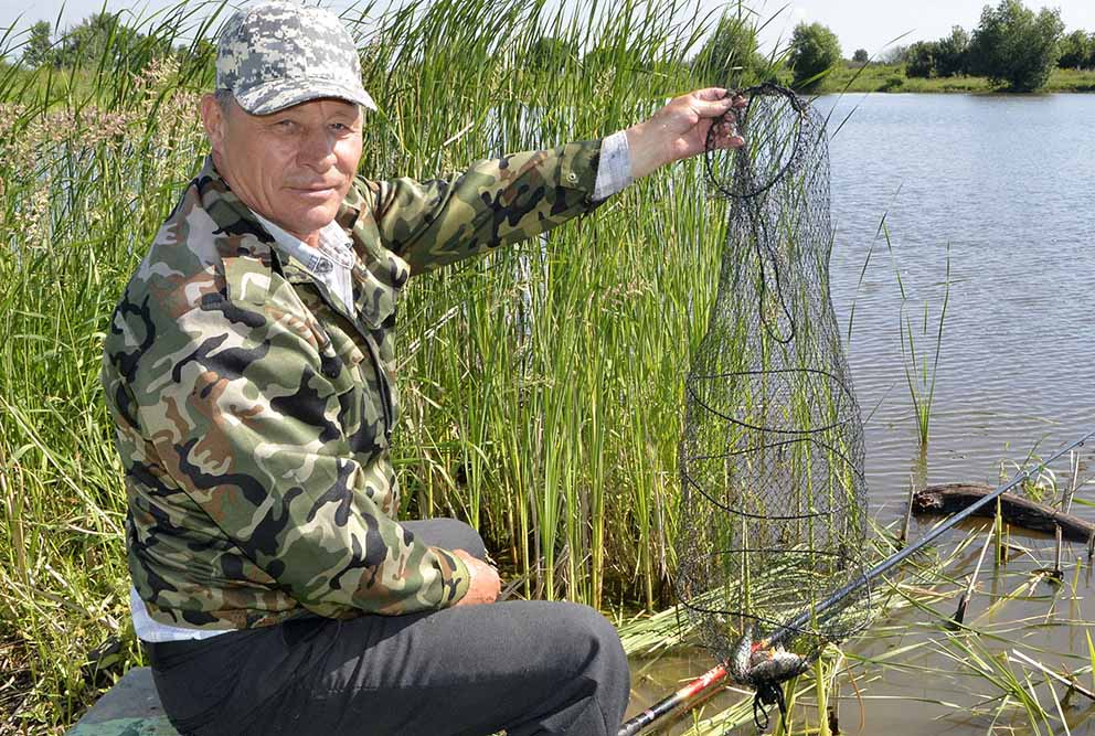 Юрий Черников доволен рыбалкой.