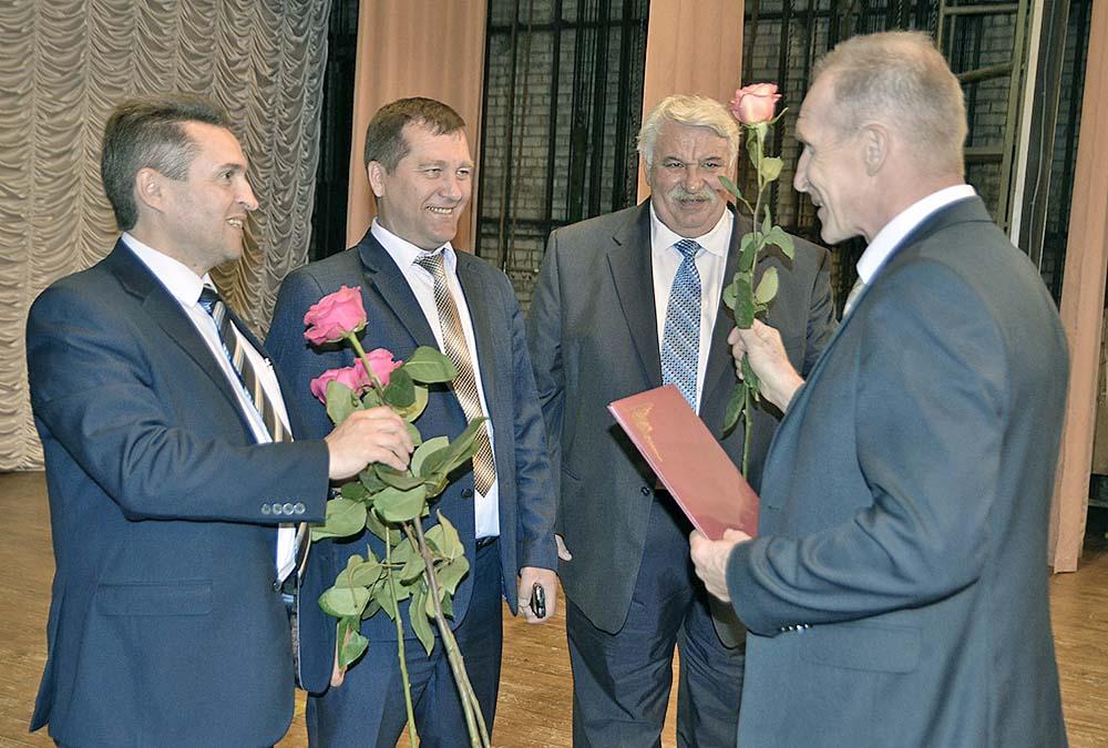 В.Н. Каковкин, О.Н. Малыхин и А.В. Дарьин вручают награду заведующему хирургическим отделением М.А. Матыцину.