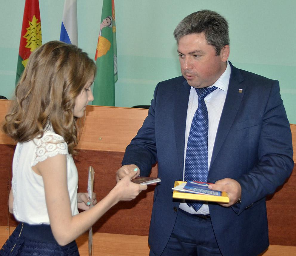 Глава Добринского района С.П. Москворецкий вручает паспорт учащейся лицея В. Долматовой.