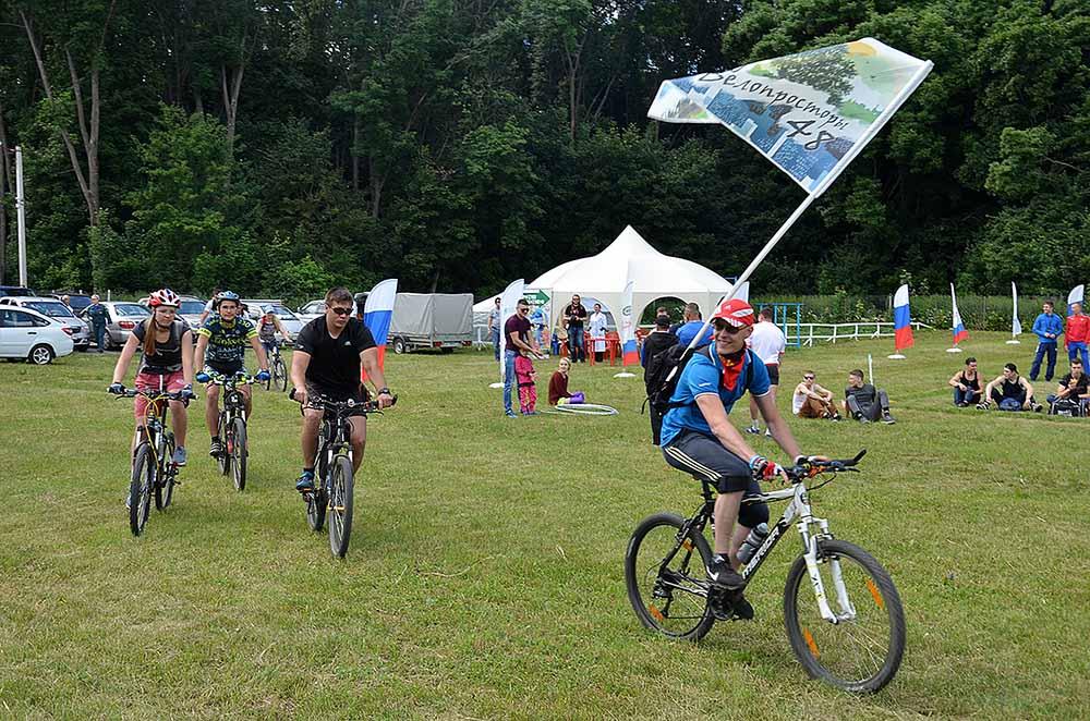 Велосипедисты из клуба «Велопросторы 48» преодолели почти 100 километров, чтобы прибыть на фестиваль. Дорога, по их словам, далась легко, была ровной, а ветер дул в спину.