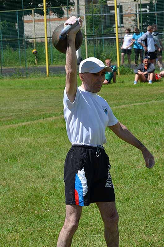 Николай Грачев поднял пудовую гирю 59 раз за две минуты. Между прочим, мировой рекорд!