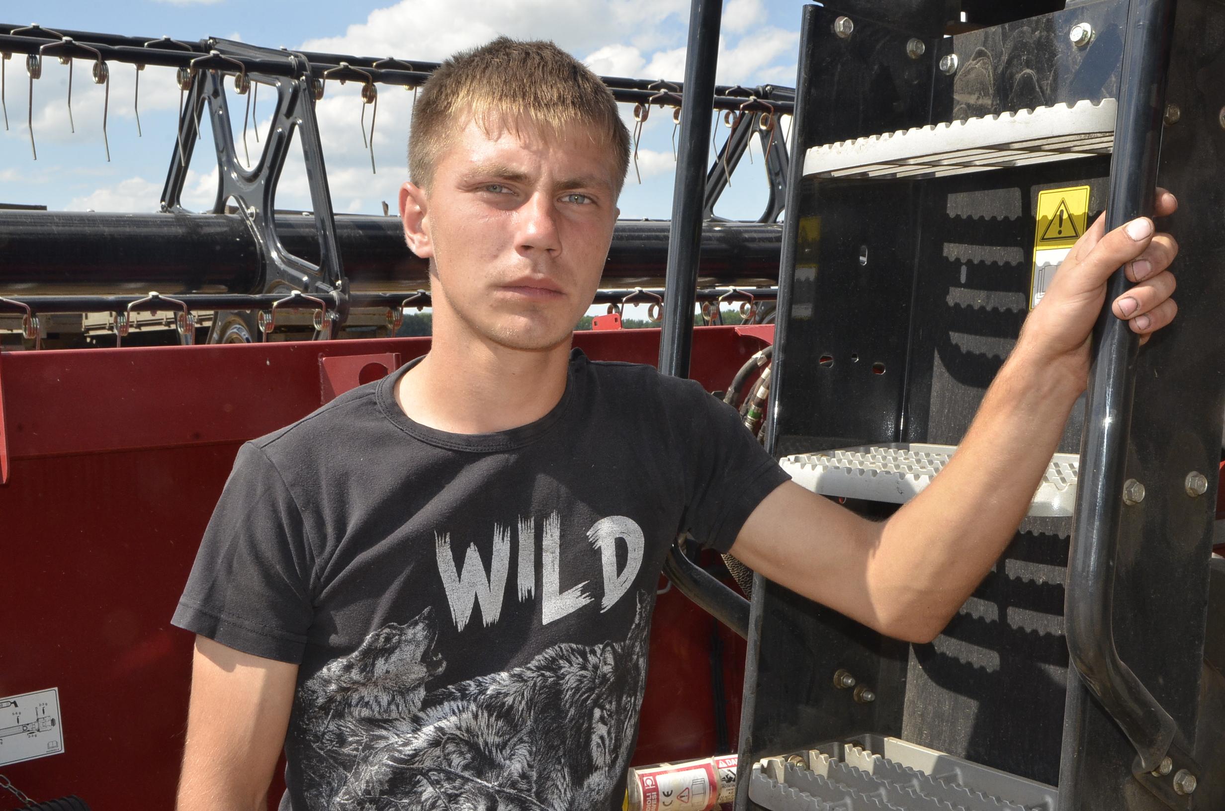 Для молодого механизатора Александра Ширяева эта страда - первая в карьере.