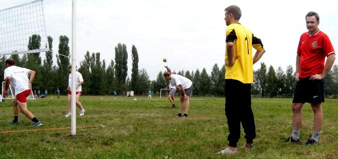 Поболеть за волейболистов пришли даже игравшие на соседнем поле футболисты.