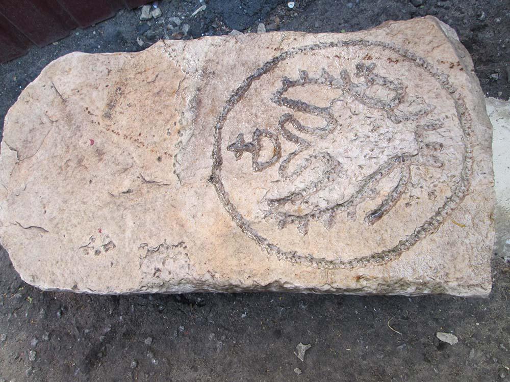 Вот какой необычный камень с гербом Российской империи нашел житель Добринки Сергей Амелькин у деревни Прудки.