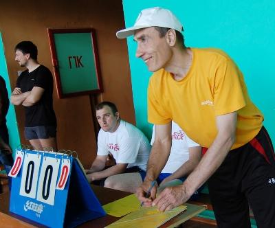 Судья Константин Коробкина проводит жеребьевку играющих команд