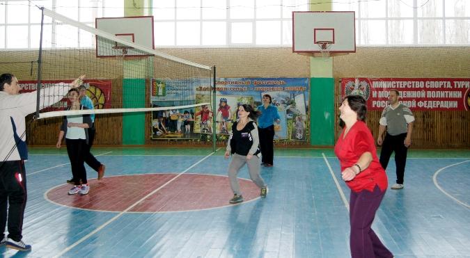"""Игроки команды """"Надежда"""", открывшие вместе с сотрудниками редакции """"волейбольный сезон"""" любительских команд"""