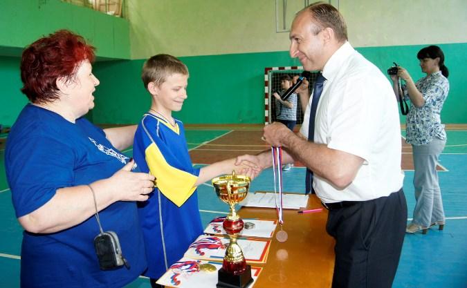 Александр Чернов вручает награды за третье место представителям команды «Родник» Тамаре Шигиной и Андрею Титову.