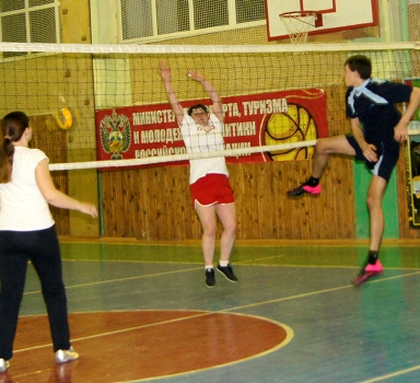 С каждой новой игрой растет мастерство непрофессиональных волейбольных команд. Помогают в этом тренировки. И вот уже некоторые из участников демонстрируют класс на площадке. На снимке один из таких интересных моментов игры.