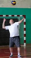 Мяч подает капитан «Универсала» Сергей Требунских.
