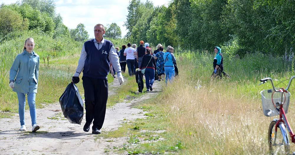 Одними из первых к уборке мусора на берегу водоема приступили Сергей Ганин с дочкой Евой.