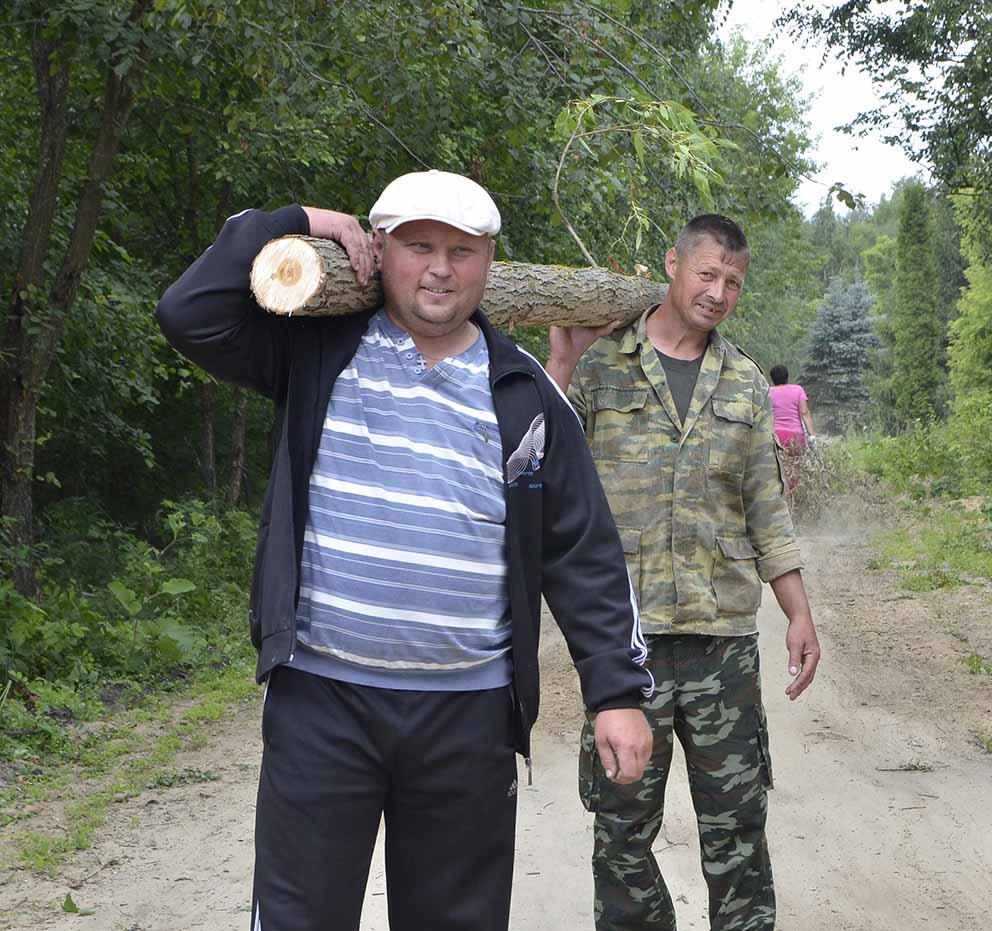 Участники экологического субботника работали с большим энтузиазмом.