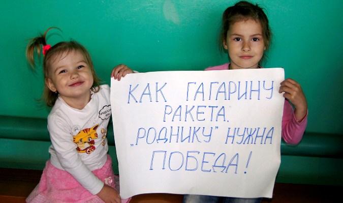 Даша и Женя Шигины болели за бабушку и папу.