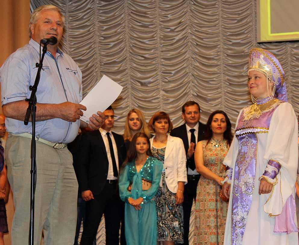 В.П. Першин награждает Татьяну Меркулову.