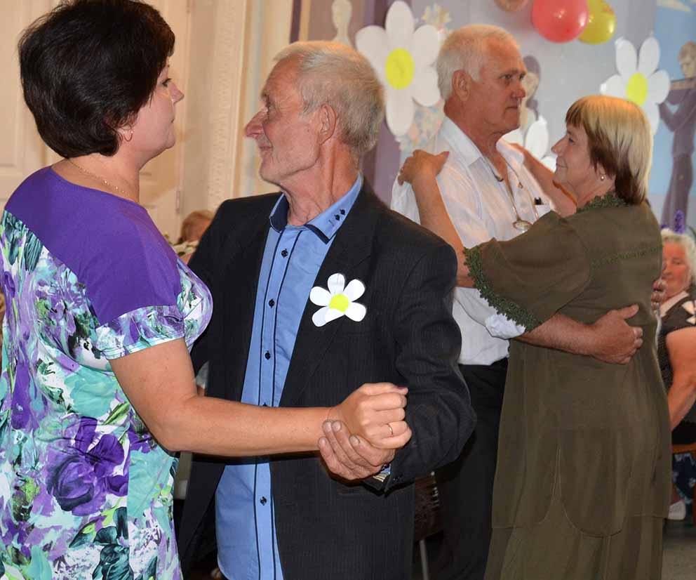 Музыкальные номера в исполнении петровских артистов заставили гостей закружиться в танце.