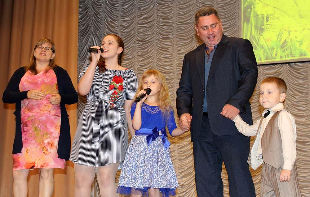 На сцене – семья Майоровых.