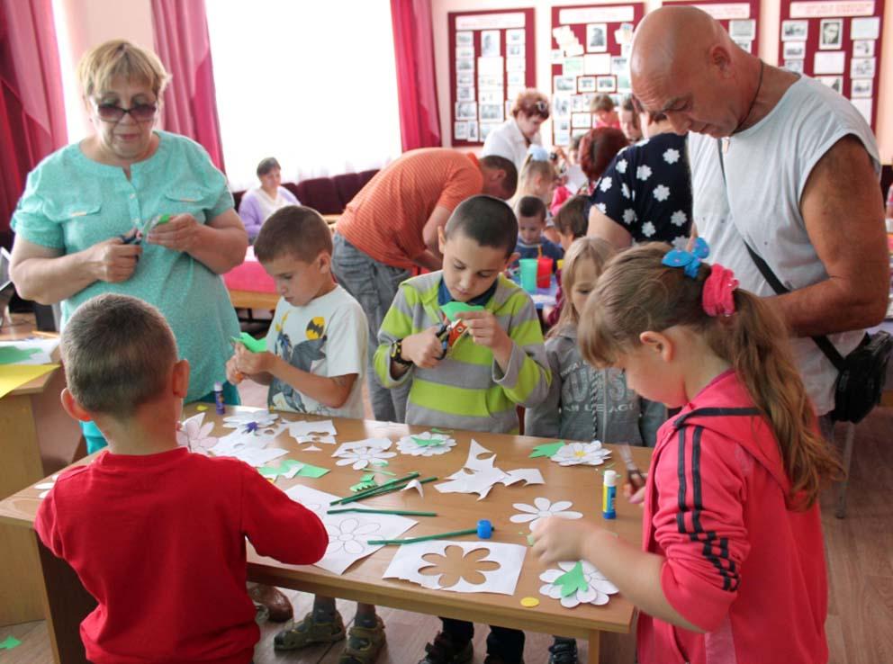 Совместное участие детей и взрослых в мастер-классе по изготовлению символа праздника – ромашки, способствовало еще большему сплочению семей.