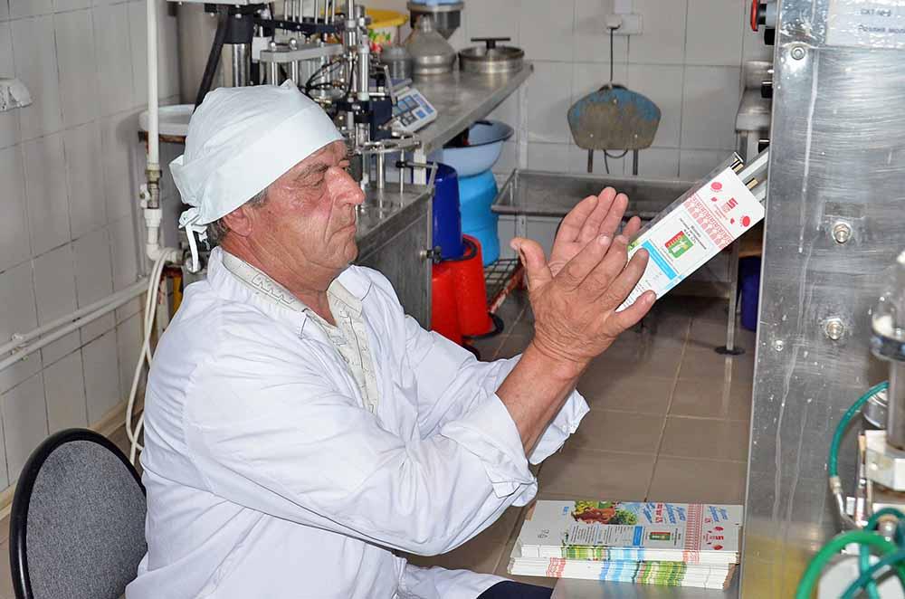 Оператор линии розлива молока Михаил Жигулин за работой. В зависимости от величины заказа в день порою приходится упаковывать до 1000 литров.