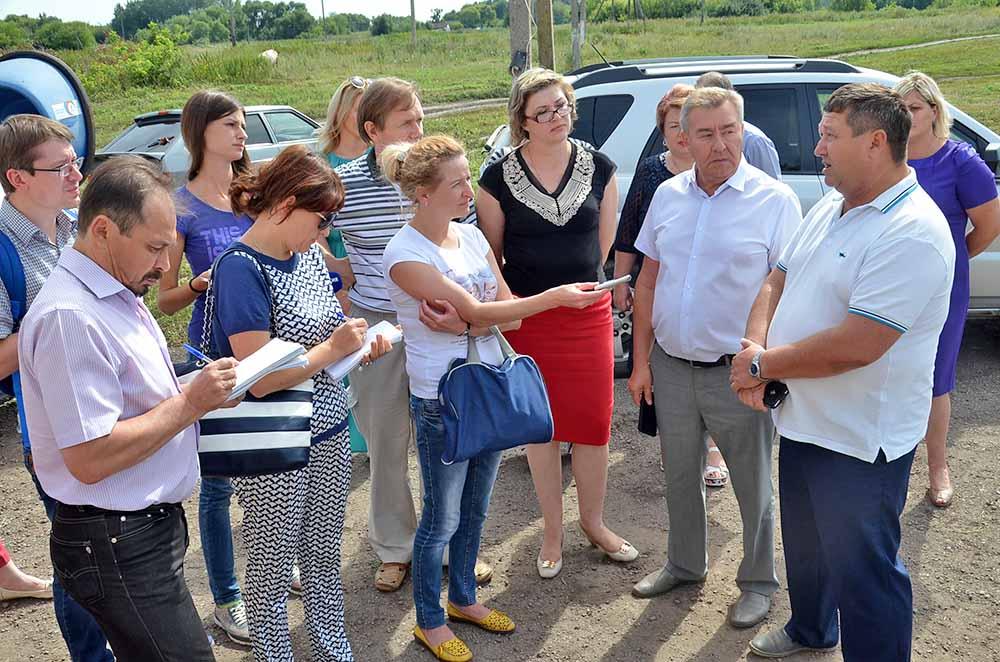 Руководитель КХ «Чара» Владимир Малыхин (справа) рассказал журналистам об опыте работы кооператива «Идеал». Производимая здесь молочная продукция давно полюбилась добринцам. А с недавних пор реализуется и в Воронежской области.