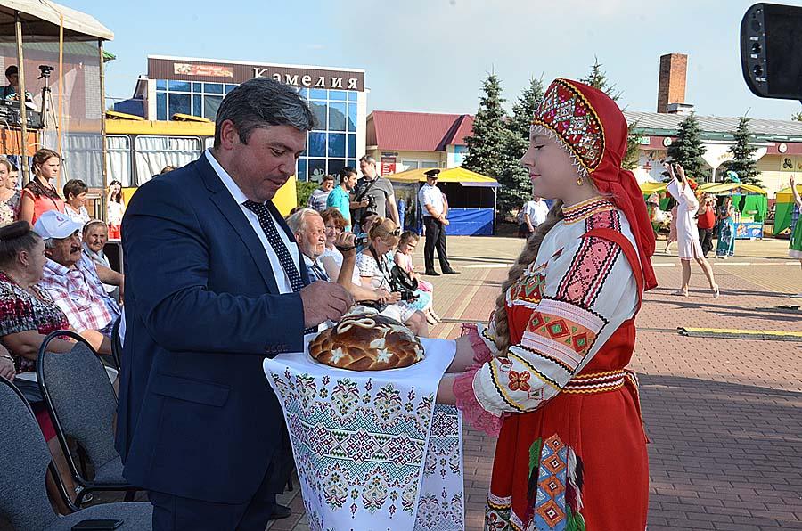 Главу района Сергея Москворецкого встречали с хлебом и солью