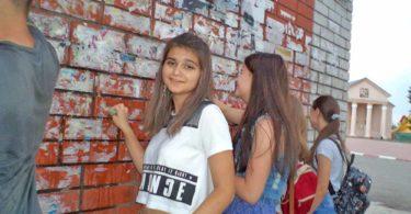 Волонтеры добринских школ в дни летних каникул тоже приложили руку к очистке стен. За это их ждала небольшая награда - лимонад.