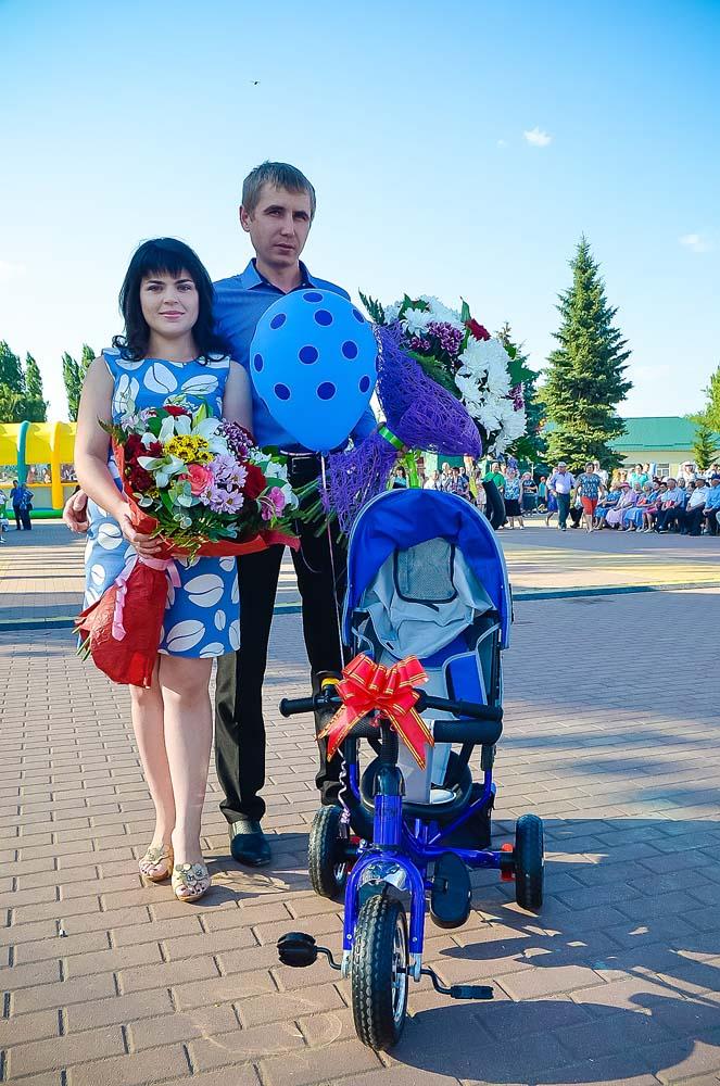 Анастасии и Ивану Лепиховым несказанно повезло. Их ребенок стал сотым, родившимся в нашем районе в нынешнем году, юбилейном для органов ЗАГС. В подарок молодые ро- дители получили вот такую коляску-велосипед.