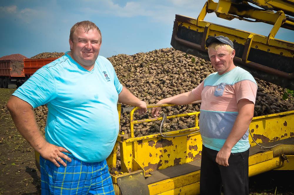 Фермер Александр Тихонравов с машинистом погрузчика Сергеем Тихонравовым довольны первым днем уборки.