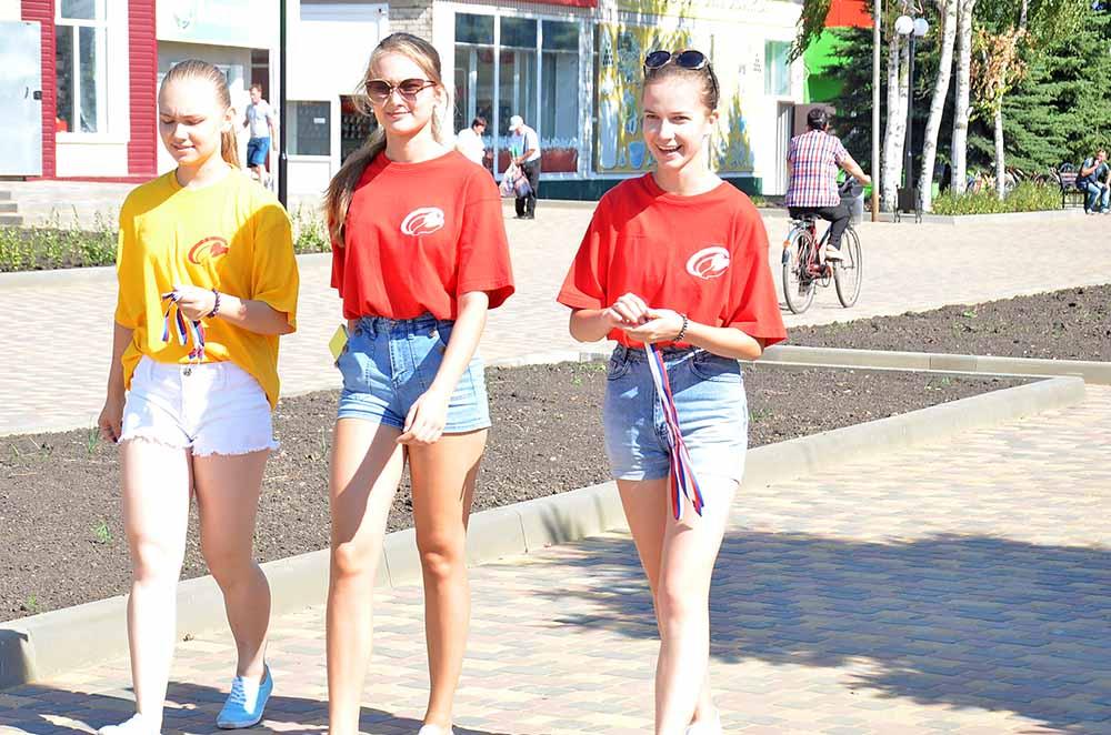 Волонтеры из лицея раздавали триколоры прохожим в центре Добринки.