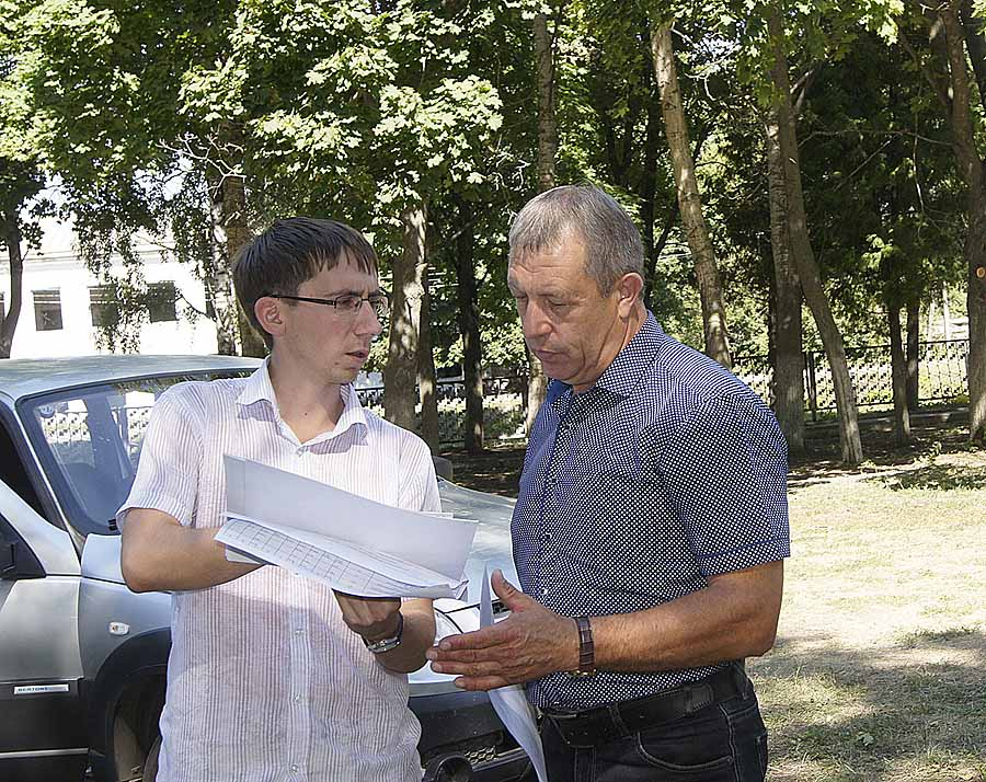 Глава поселения Иван Пытин (справа) обсуждает с прорабом Сергеем Пашинцевым ремонт ДК в поселке Ильича.