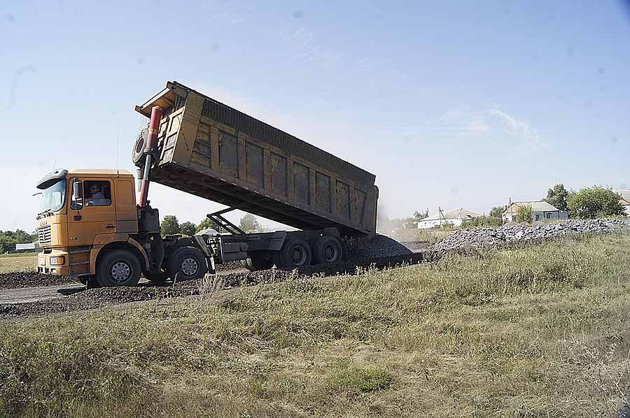 Идет отсыпка дороги от центра Павловки до Георгиевки. Наступление осени и распутицы теперь не страшит.