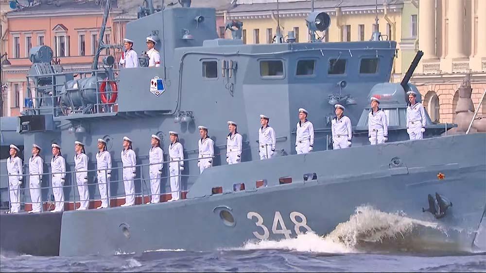 На рейдовом тральщике (Александр Фомин – 8-й справа).