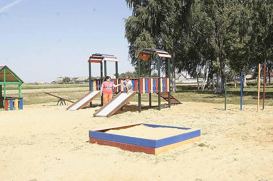 Новая детская площадка в Павловке уже полюбилась ребятне.