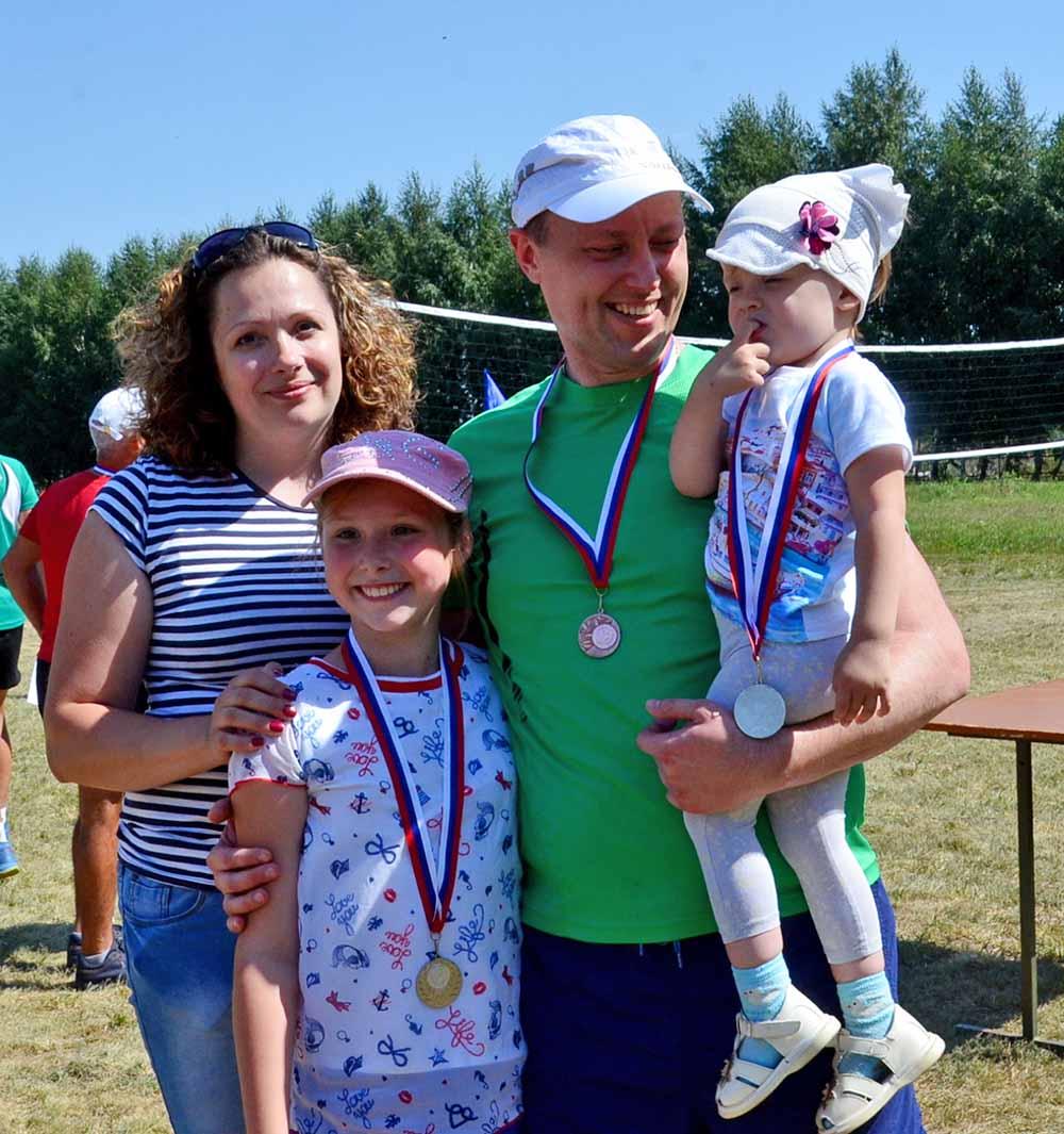 Прокурор Добринского района Аркадий Гриненко взял на соревнования самых преданных болельщиков: жену Наталью и дочек Еву и Сонечку.