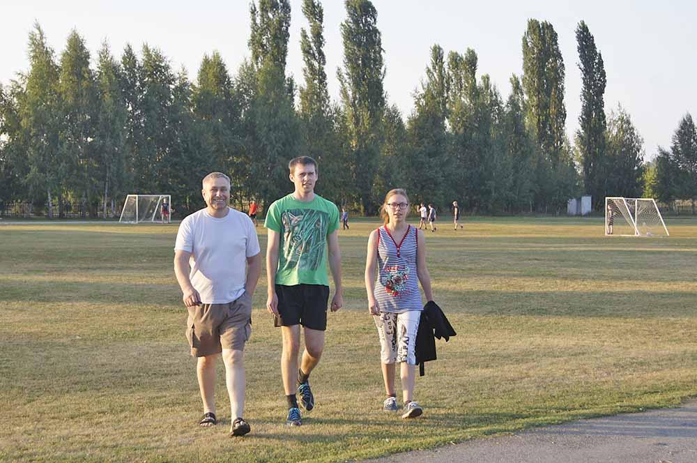 Александр Щедрин с детьми Владимиром и Екатериной спешат на очередную тренировку. Впереди - ответственный турнир.