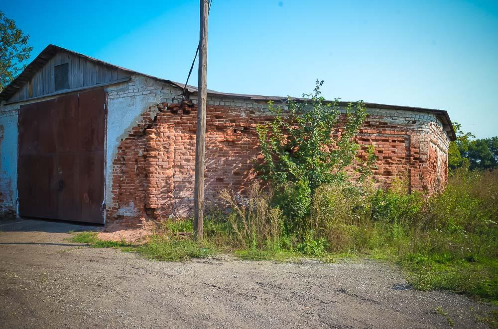 Это и есть здание манежа, принадлежавшего Терпигореву. Расположено в микрорайоне Прогресс. Некогда тут разводили породистых лошадей.