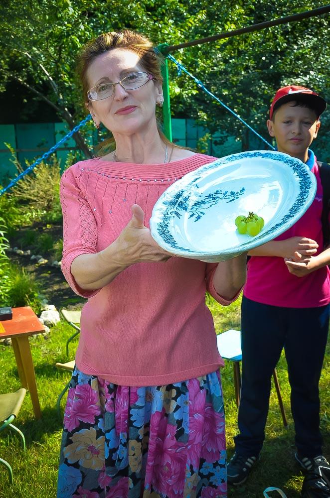 Галина Рукина встретила гостей с блюдом из барского сервиза. Ей удалось сохранить реликвию, принадлежавшую последним владельцам усадьбы.