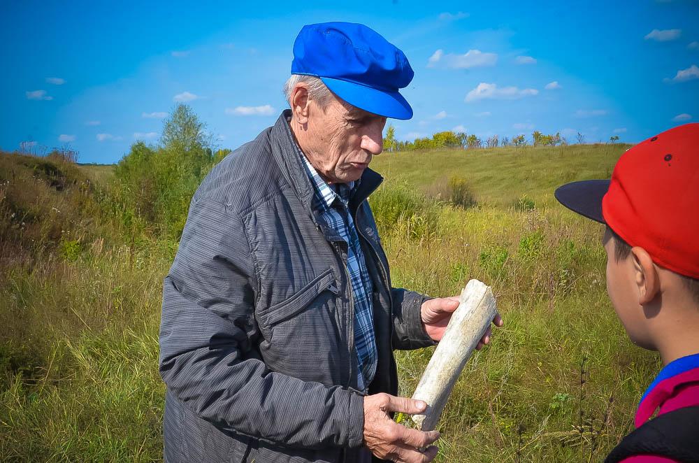 На холме у реки Плавутки в свое время неза- конно забирал грунт экскаватор. На месте этих раскопок Валерий Волокитин обнаружил кость. Экспертиза показала - она принадлежала ма- монту. В последующем сюда приезжала группа археологов из Липецка.