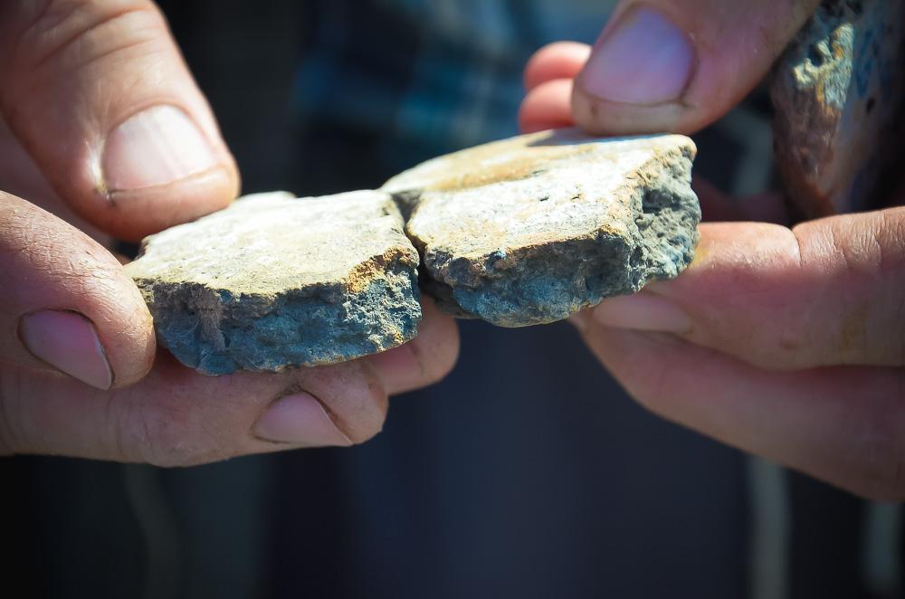 На снимке - керамические фрагменты посуды людей бронзового века. Один осколок найден у берега Плавутки, другой - у озера Чистое (Бахтино) в Чуевке. С виду - абсолютно идентичны.