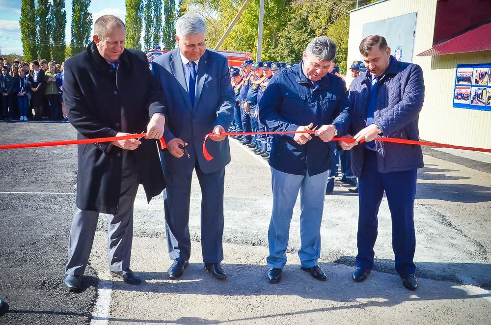 Глава района С.П. Москворецкий и другие почетные гости праздника открыли обновленный пожарно-спасательный пост.