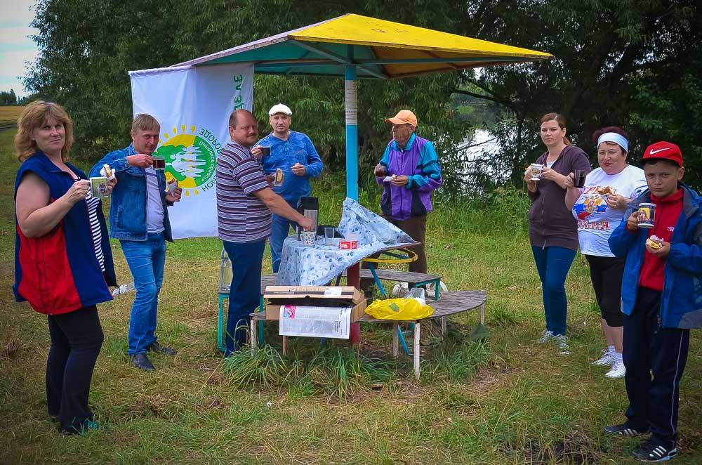 Остановка у Салопановского пруда и короткое чаепитие помогут набраться сил для дальнейшей дороги. Сожаление вызвало разве что безответ- ственное отношение добринцев к природе. Вдоль берега - кучи мусора...
