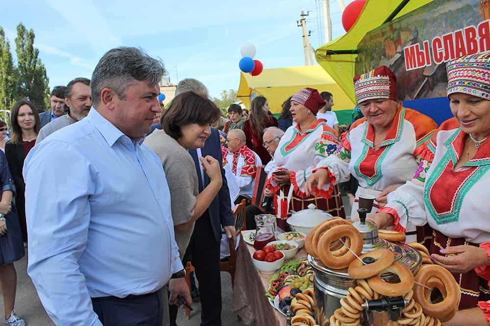 Главу района Сергея Москворецкого радушно встречали хозяева национальных подворий.