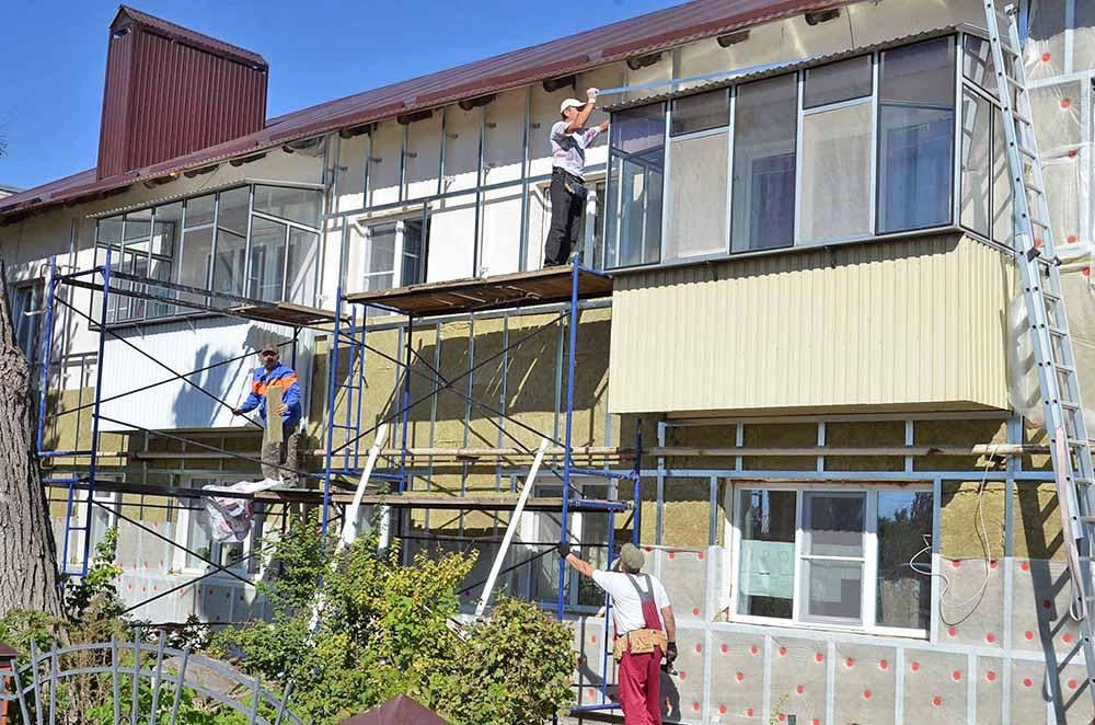В двухэтажке по улице Октябрьской уже перекрыли крышу. На очереди - утепление стен.