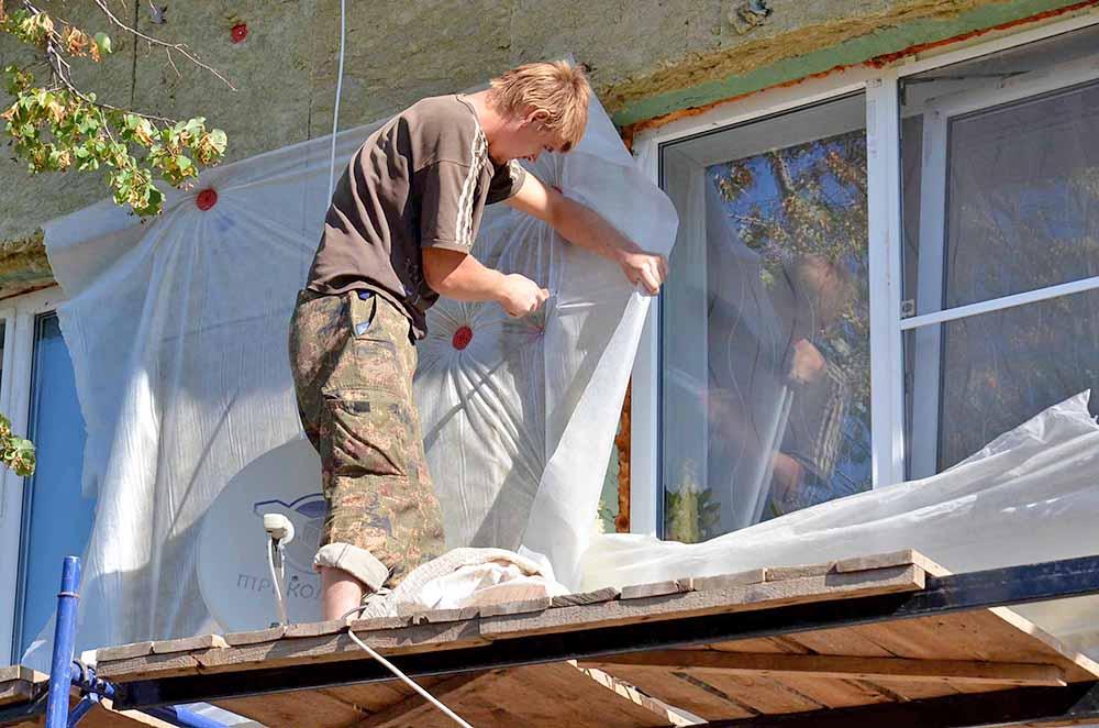 Квалифицированные рабочие трудятся на объектах не покладая рук. На Кооперативной, как и на Октябрьской, стены дома тоже будут обшивать металлосайдингом