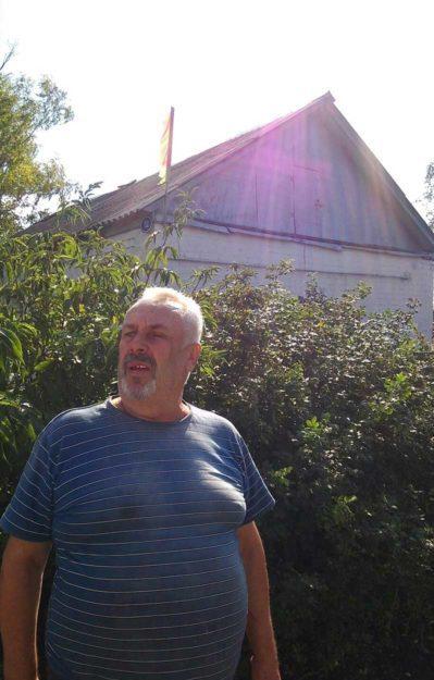 Флаг над домом Виктора Токарева сразу обращает на себя внимание. Мужчина сразу понял, кто мы. Он внимательно следит за публикациями в районной газете.