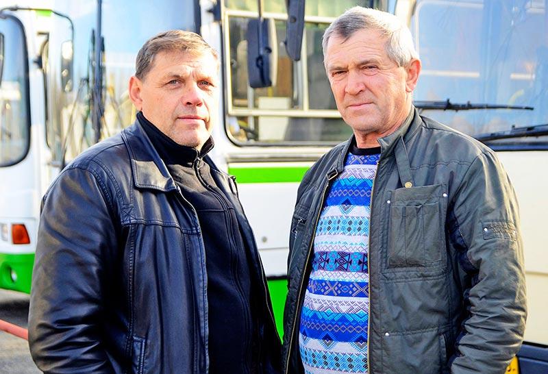 В числе тех, кто имеет за плечами солидный водительский стаж, – Виктор Михалев (слева) и Александр Грибанов.