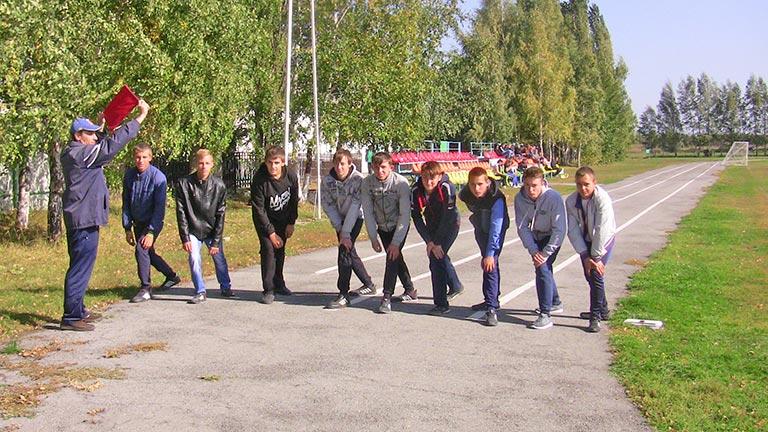 Юношам предстояло преодолеть дистанцию в 2000 метров, а девушкам - вдвое короче.
