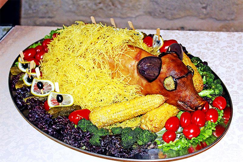 Вот такого запеченного поросенка презентовали представители Данковского района. Жюри присудило этому блюду первое место. Повар, которая его приготовила, рассказала, что хотела представить поросеночка эдаким модным парнем.