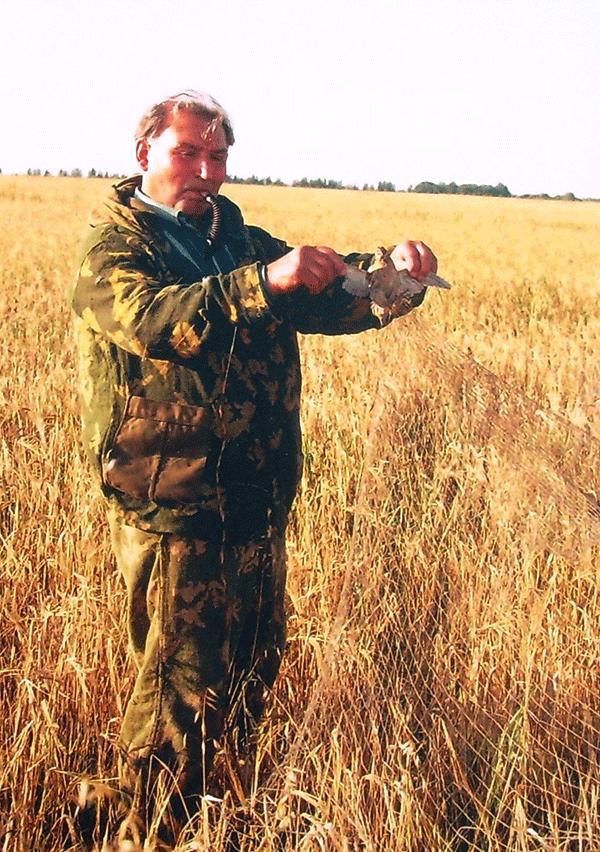 На этом снимке, сделанном несколько лет назад, Александр Никитич Скворцов - с добычей! В сеть попался молодой перепеленок.