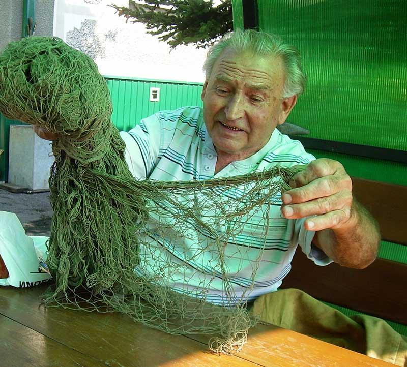 Александр Никитич Скворцов - тоже опытный охотник на перепелов. У него даже сохранилось необходимое снаряжение: сеть и манок (дудка).
