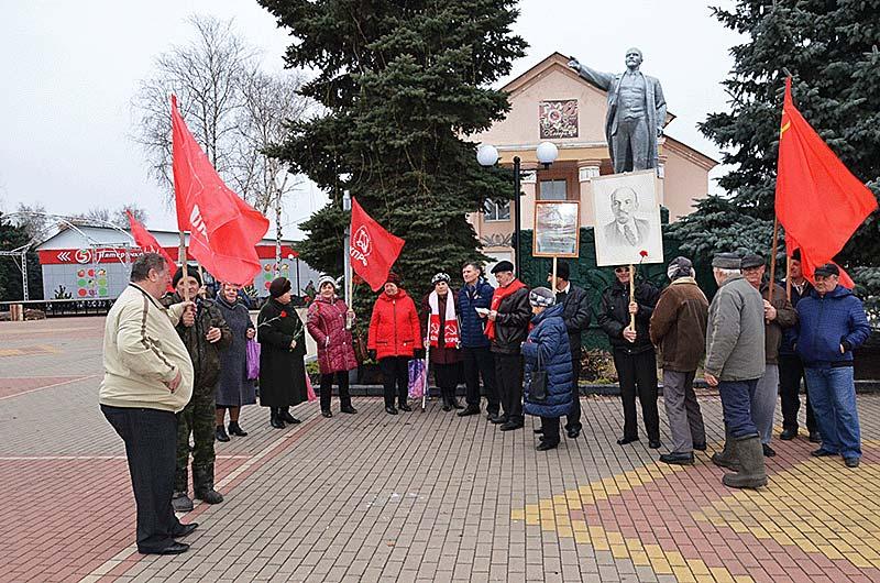 Демонстрация у памятника Ленину.